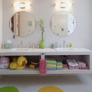Idéer för mellanstora funkis badrum för barn, med mosaik, kaklad bänkskiva, vit kakel, öppna hyllor, vita skåp, vita väggar, mosaikgolv och ett nedsänkt handfat