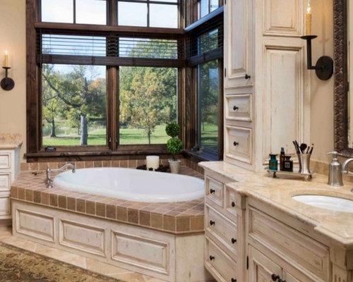 salle de bain avec une baignoire d 39 angle et un placard porte persienne photos et id es d co. Black Bedroom Furniture Sets. Home Design Ideas