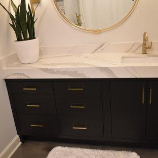 Idéer för att renovera ett stort funkis flerfärgad flerfärgat en-suite badrum, med släta luckor, svarta skåp, ett badkar i en alkov, en dusch/badkar-kombination, en toalettstol med separat cisternkåpa, vita väggar, betonggolv, ett undermonterad handfat, bänkskiva i kvarts, flerfärgat golv och dusch med gångjärnsdörr