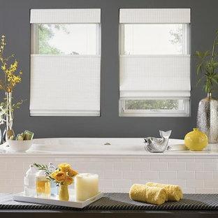Idee per una stanza da bagno padronale etnica di medie dimensioni con vasca da incasso, piastrelle bianche, piastrelle diamantate e parquet chiaro