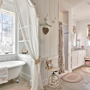Immagine di una stanza da bagno shabby-chic style con lavabo a bacinella, ante bianche, vasca con piedi a zampa di leone, doccia alcova, pareti bianche e pavimento in cemento