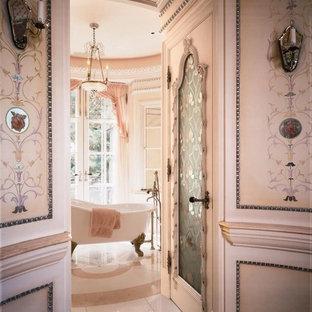 Immagine di un'ampia stanza da bagno padronale vittoriana con consolle stile comò, vasca freestanding, pareti rosa, pavimento in marmo e pavimento rosa