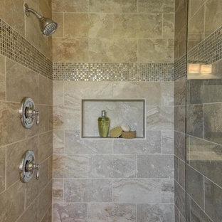 Esempio di una piccola stanza da bagno padronale tradizionale con vasca da incasso, doccia alcova, piastrelle beige, piastrelle in gres porcellanato e lavabo integrato