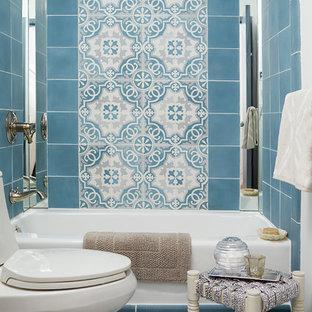 Diseño de cuarto de baño principal, contemporáneo, pequeño, con bañera encastrada, combinación de ducha y bañera, sanitario de una pieza, baldosas y/o azulejos azules, baldosas y/o azulejos de cemento y paredes blancas