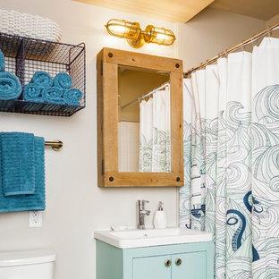 Foto di una stanza da bagno con doccia chic con ante lisce, ante verdi, vasca ad alcova, vasca/doccia, WC a due pezzi, piastrelle beige, pareti beige, lavabo a consolle e doccia con tenda