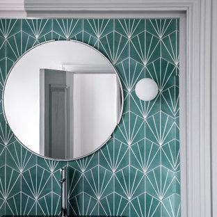 Idee per una stanza da bagno padronale minimal di medie dimensioni con vasca freestanding, zona vasca/doccia separata, WC monopezzo, piastrelle verdi, piastrelle in terracotta, pareti verdi, pavimento in marmo, lavabo a consolle, pavimento bianco e doccia aperta