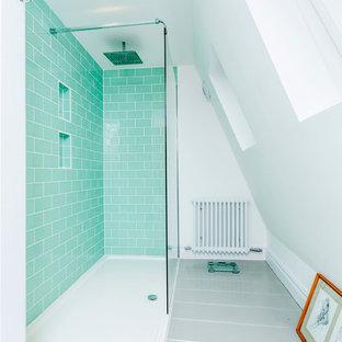 Immagine di una stanza da bagno design con pavimento in legno verniciato