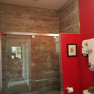 Esempio di una stanza da bagno con doccia chic di medie dimensioni con ante grigie, doccia alcova, WC a due pezzi, piastrelle beige, piastrelle in gres porcellanato, pareti rosse, top in granito, porta doccia scorrevole e top bianco