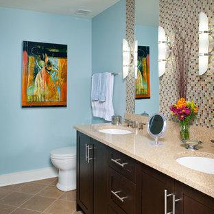 Idee per una stanza da bagno padronale design di medie dimensioni con lavabo sottopiano, ante con riquadro incassato, ante in legno bruno, top in granito, vasca da incasso, doccia aperta, WC a due pezzi, piastrelle beige, piastrelle in pietra, pareti blu e pavimento in pietra calcarea