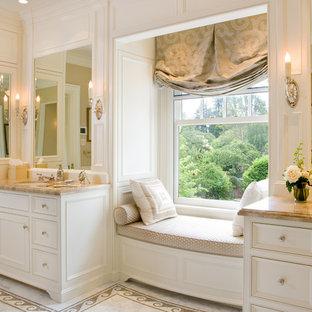 Foto de cuarto de baño principal, clásico, grande, con puertas de armario blancas, armarios con paneles empotrados, paredes blancas, suelo de mármol, lavabo bajoencimera, encimera de piedra caliza y suelo blanco