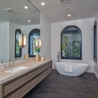Inspiration för ett mellanstort funkis en-suite badrum, med släta luckor, skåp i mellenmörkt trä, ett fristående badkar, vit kakel, vita väggar, ett undermonterad handfat, grått golv, en dusch i en alkov, keramikplattor, skiffergolv, bänkskiva i kvarts och dusch med gångjärnsdörr