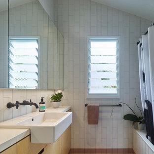 Immagine di una piccola stanza da bagno padronale design con ante di vetro, doccia aperta, WC monopezzo, piastrelle bianche, piastrelle in ceramica, pareti bianche, pavimento con piastrelle in ceramica, lavabo sospeso, top piastrellato, pavimento marrone e doccia aperta