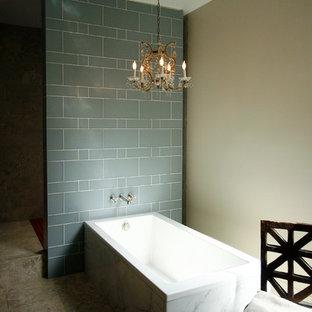 Foto di una stanza da bagno padronale contemporanea di medie dimensioni con ante in stile shaker, vasca da incasso, doccia aperta, piastrelle blu, piastrelle in ceramica, pareti beige e pavimento in marmo