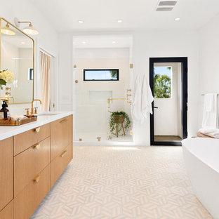 На фото: со средним бюджетом большие главные ванные комнаты в современном стиле с плоскими фасадами, фасадами цвета дерева среднего тона, отдельно стоящей ванной, открытым душем, раздельным унитазом, белой плиткой, керамогранитной плиткой, белыми стенами, полом из керамической плитки, врезной раковиной, серым полом, открытым душем, белой столешницей, столешницей из искусственного кварца, нишей, тумбой под две раковины и встроенной тумбой