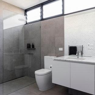 シドニーの中サイズのコンテンポラリースタイルのおしゃれなバスルーム (浴槽なし) (家具調キャビネット、淡色木目調キャビネット、茶色いタイル、磁器タイル、テラゾの洗面台) の写真