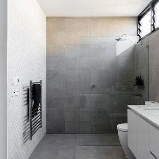 Immagine di una stanza da bagno con doccia design di medie dimensioni con consolle stile comò, ante in legno chiaro, piastrelle marroni, piastrelle in gres porcellanato e top alla veneziana