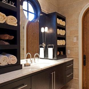 Foto de cuarto de baño contemporáneo con armarios con paneles lisos, puertas de armario de madera en tonos medios y lavabo bajoencimera