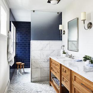 Удачное сочетание для дизайна помещения: ванная комната в морском стиле с фасадами островного типа, фасадами цвета дерева среднего тона, душем без бортиков, синей плиткой, плиткой кабанчик, белыми стенами, врезной раковиной, белым полом, открытым душем и белой столешницей - самое интересное для вас