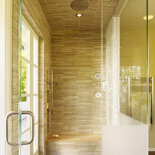 Esempio di una piccola sauna moderna con ante lisce, ante in legno scuro, vasca freestanding, WC monopezzo, piastrelle marroni, lastra di pietra, pareti verdi, parquet chiaro e lavabo sottopiano
