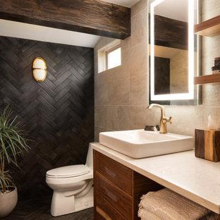 Идея дизайна: маленькая главная ванная комната в современном стиле с плоскими фасадами, фасадами цвета дерева среднего тона, отдельно стоящей ванной, открытым душем, унитазом-моноблоком, бежевой плиткой, керамической плиткой, черными стенами, полом из керамической плитки, настольной раковиной, столешницей из кварцита, черным полом, открытым душем, белой столешницей, тумбой под одну раковину, подвесной тумбой и балками на потолке