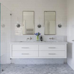Diseño de cuarto de baño principal, contemporáneo, grande, sin sin inodoro, con armarios con paneles lisos, puertas de armario blancas, baldosas y/o azulejos blancos, paredes blancas, suelo con mosaicos de baldosas, lavabo bajoencimera, suelo gris, ducha abierta, encimeras grises, baldosas y/o azulejos de cemento, encimera de mármol y bañera exenta