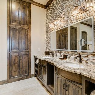 Idee per una grande stanza da bagno padronale stile rurale con ante con riquadro incassato, ante in legno bruno, piastrelle multicolore, piastrelle di vetro, pareti beige, pavimento in gres porcellanato, lavabo sottopiano, top in granito, pavimento beige e top beige