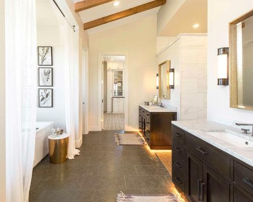 Salle de bain campagne avec des portes de placard en bois - Plante pour salle de bain sombre ...