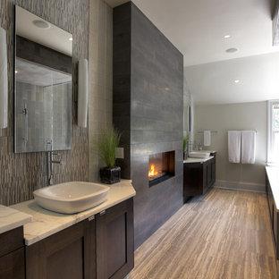 Foto di una grande stanza da bagno minimal con lavabo a bacinella, ante in stile shaker, ante in legno bruno, vasca sottopiano, piastrelle grigie, pareti bianche e parquet scuro