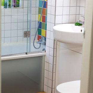 Diseño de cuarto de baño bohemio, pequeño, con lavabo integrado, armarios con paneles lisos, encimera de madera, ducha empotrada, baldosas y/o azulejos multicolor, baldosas y/o azulejos de cerámica y suelo de corcho