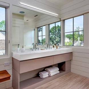 Неиссякаемый источник вдохновения для домашнего уюта: большая главная ванная комната в скандинавском стиле с плоскими фасадами, коричневыми фасадами, белыми стенами, светлым паркетным полом, раковиной с несколькими смесителями, столешницей из искусственного камня, коричневым полом и белой столешницей