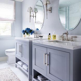 Ispirazione per una piccola stanza da bagno con doccia costiera con ante grigie, WC a due pezzi, pareti grigie, pavimento in gres porcellanato, lavabo sottopiano, top in marmo, pavimento bianco e ante in stile shaker