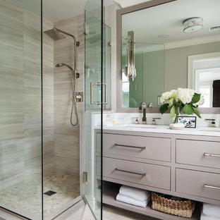 Kleines Maritimes Badezimmer En Suite mit beigen Schränken, Duschnische, Wandtoilette mit Spülkasten, beigefarbenen Fliesen, Porzellanfliesen, weißer Wandfarbe, Porzellan-Bodenfliesen, Unterbauwaschbecken, Marmor-Waschbecken/Waschtisch, beigem Boden und Falttür-Duschabtrennung in New York