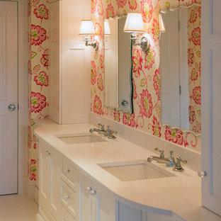 Foto de cuarto de baño infantil, clásico, de tamaño medio, con lavabo bajoencimera, armarios con paneles empotrados, puertas de armario blancas, ducha empotrada, sanitario de dos piezas, baldosas y/o azulejos blancos, baldosas y/o azulejos de piedra y paredes rosas