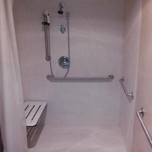 Idée de décoration pour une grand salle de bain principale tradition avec une douche à l'italienne et un sol en marbre.