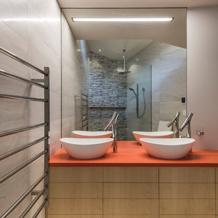 На фото: главные ванные комнаты в восточном стиле с плоскими фасадами, светлыми деревянными фасадами, открытым душем, серыми стенами, настольной раковиной, бежевым полом, открытым душем и оранжевой столешницей