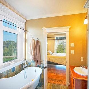 Idee per una stanza da bagno padronale chic con ante in legno scuro, vasca con piedi a zampa di leone, doccia ad angolo, piastrelle multicolore, piastrelle in ardesia, pareti beige, pavimento in ardesia, lavabo da incasso, top in legno e pavimento multicolore