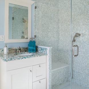 Новый формат декора квартиры: маленькая ванная комната в классическом стиле с врезной раковиной, фасадами в стиле шейкер, белыми фасадами, душем в нише, разноцветной плиткой, плиткой мозаикой, синими стенами, полом из керамогранита, душевой кабиной, столешницей из переработанного стекла и разноцветной столешницей