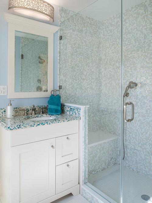 Salle d\'eau avec un plan de toilette en verre recyclé : Photos et ...