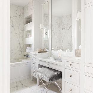 Idéer för ett stort klassiskt vit en-suite badrum, med vita skåp, vit kakel, marmorbänkskiva, marmorkakel, vita väggar, marmorgolv, vitt golv, ett undermonterat badkar, en dusch i en alkov, en toalettstol med separat cisternkåpa, ett undermonterad handfat och med dusch som är öppen