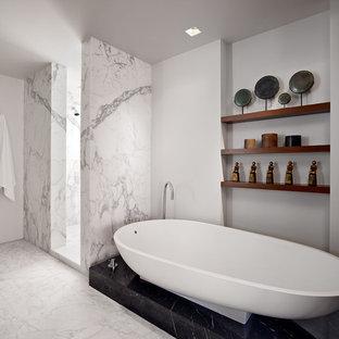 Foto di una stanza da bagno moderna con vasca freestanding e piastrelle di marmo