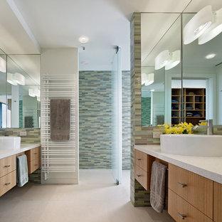 サンフランシスコの大きいコンテンポラリースタイルのおしゃれなマスターバスルーム (ベッセル式洗面器、テラゾの洗面台、コーナー設置型シャワー、緑のタイル、白い洗面カウンター) の写真