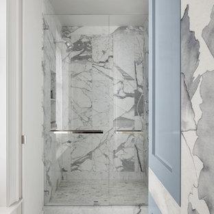 Foto di una grande stanza da bagno padronale chic con ante con riquadro incassato, ante grigie, doccia alcova, piastrelle grigie, piastrelle di vetro, pavimento in marmo, lavabo sottopiano, top in onice, pavimento multicolore e porta doccia a battente