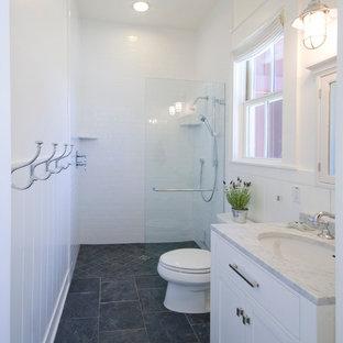 Idee per una stanza da bagno con doccia country di medie dimensioni con ante in stile shaker, ante bianche, doccia aperta, WC monopezzo, piastrelle nere, piastrelle in pietra, pareti bianche, pavimento in ardesia, lavabo sottopiano e top in marmo