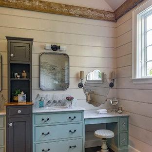 Ispirazione per una stanza da bagno padronale country di medie dimensioni con consolle stile comò, ante verdi, doccia doppia, piastrelle bianche, piastrelle di marmo, pavimento con piastrelle in ceramica, lavabo sottopiano, top in marmo, pavimento nero e doccia aperta