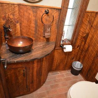 Ispirazione per una piccola stanza da bagno rustica con WC monopezzo, piastrelle marroni, pareti marroni, pavimento in mattoni, lavabo a bacinella e top in quarzite