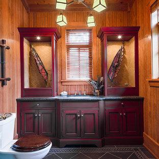 Esempio di una stanza da bagno rustica con ante con riquadro incassato, ante rosse, WC a due pezzi, piastrelle nere, pavimento in ardesia e lavabo sottopiano