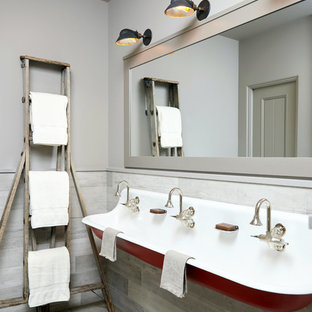 Foto de cuarto de baño infantil, rústico, con paredes grises y lavabo de seno grande