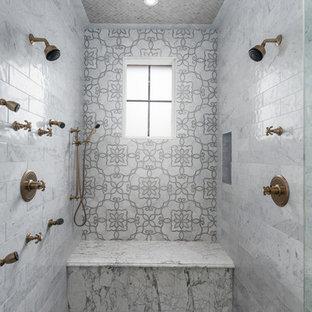 Idee per un'ampia stanza da bagno padronale rustica con piastrelle in ceramica, pavimento marrone, doccia doppia, piastrelle marroni, piastrelle grigie e pavimento con piastrelle a mosaico