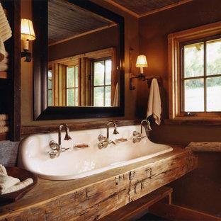 Modelo de cuarto de baño infantil, rústico, con lavabo de seno grande y paredes marrones