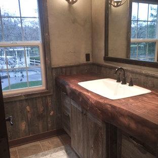 Свежая идея для дизайна: маленькая ванная комната в стиле рустика с искусственно-состаренными фасадами, столешницей из дерева, полом из сланца, душевой кабиной, коричневой плиткой, бежевыми стенами, фасадами с утопленной филенкой, накладной раковиной и коричневым полом - отличное фото интерьера